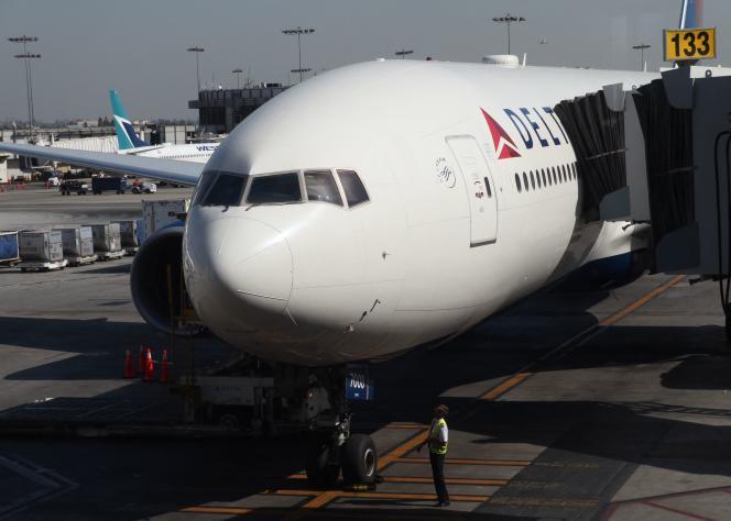 Un avion de la compagnie aérienne américaine Delta Airlines sur le tarmac de l'aéroport international de Los Angeles, le 29 octobre 2019.