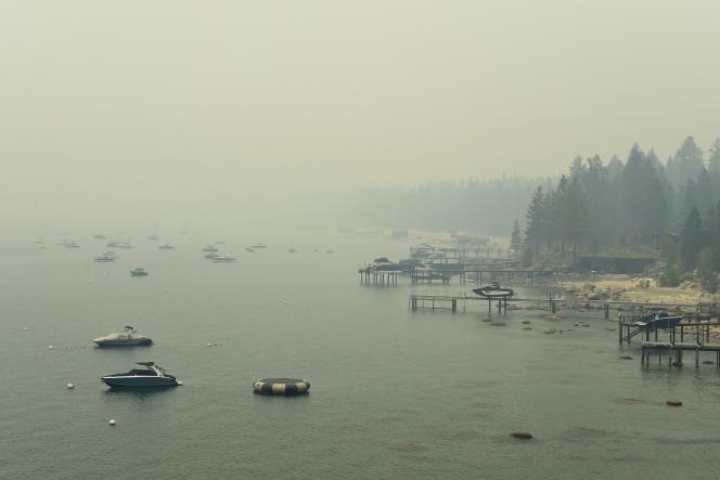 La fumée due au Caldor Fire, recouvre le lac Tahoe depuis plusieurs jours (ici, le 24 août 2021).