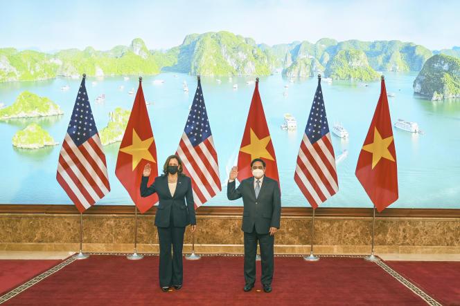 Wakil Presiden AS Kamala Harris akan berpose dengan Perdana Menteri Hanoi Pham Minh Chinh di Hanoi pada 25 Agustus 2021.