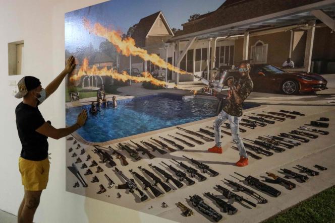 Installation de l'exposition «The Ameriguns» du photographe italien Gabriele Galimberti, lors du festival de photojournalisme Visa pour l'image, le 25 août, à Perpignan (Pyrénées-Orientales).