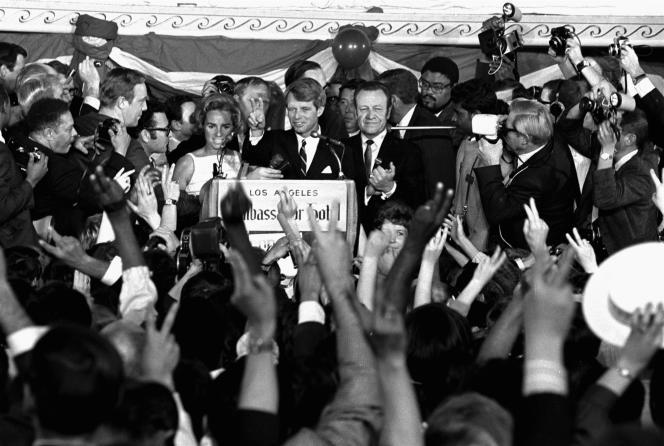 Robert F.  Kennedy confrontou o microfone com sua esposa, Ethel, que fazia campanha em Los Angeles em 5 de junho de 1968, poucas horas antes de ser assassinado.