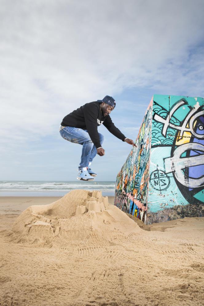 L'acteur et rappeurMoussa Mansaly, sur la plage de l'Horizon, au Cap Ferret, le 18 mai 2021.