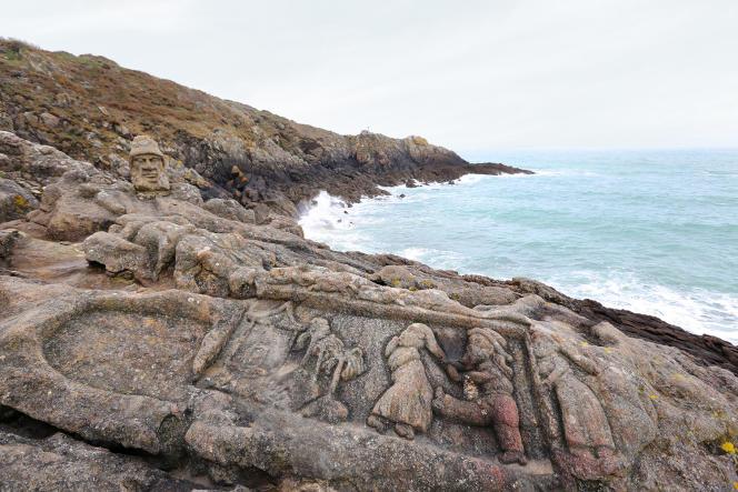 La fresque sculptée sur les rochers par l'abbé Fouré de 1894 à 1907 est de plus en plus érodée par les embruns, les ruissellements et les touristes.