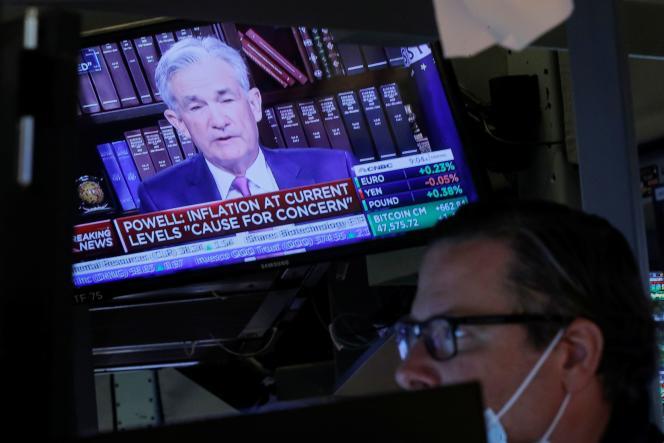 La prise de parole de Jerome Powell, le président de la Réserve fédérale américaine, diffusée sur un écran du New York Stock Exchange (NYSE) à New York, le 27 août 2021.