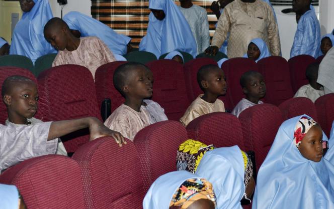 Gli studenti della Salihu Tanko Islamic Private School si riuniscono con i loro genitori dopo tre mesi di prigionia, il 27 aprile 2021, a Mina (Nigeria).
