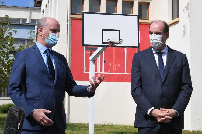 Jean-Michel Blanquer, ministre de l'éducation nationale, avec Jean Castex, premier ministre, lors d'un déplacement à Laxou (Meurthe-et-Moselle), le 3 mai 2021.
