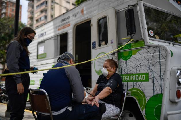 L'ONG «Angeles de las vias» assiste une personne souffrant d'hypertensiondans le quartier de Los Palos Grandes à Caracas (Venezuela), le 10 juin 2020.