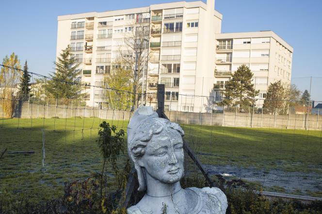 Un buste de Marianne dans un jardin du quartier du Chêne Pointu à Clichy-sous-Bois, où les émeutes de 2005 dans les banlieues ont commencé.