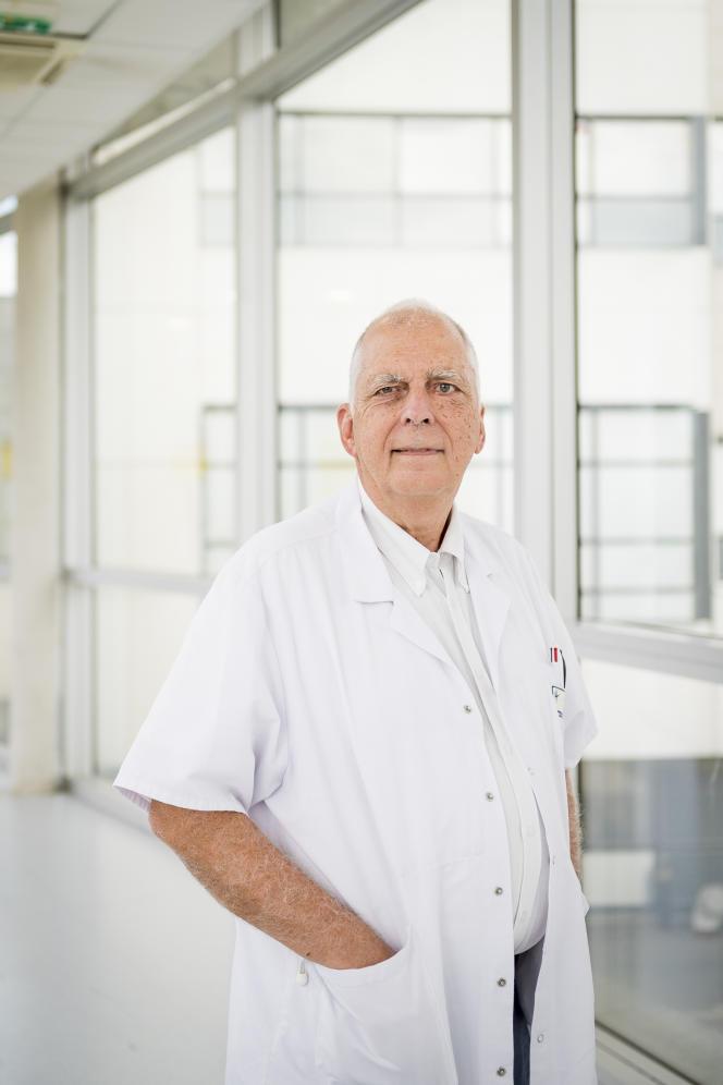 Philippe Colombat, professeur en hématologie et président de l'Observatoire de la qualité de vie au travail des professionnels de santé, le 27 août 2021 à Tours,dans les couloirs de l'hôpital Bretonneau.