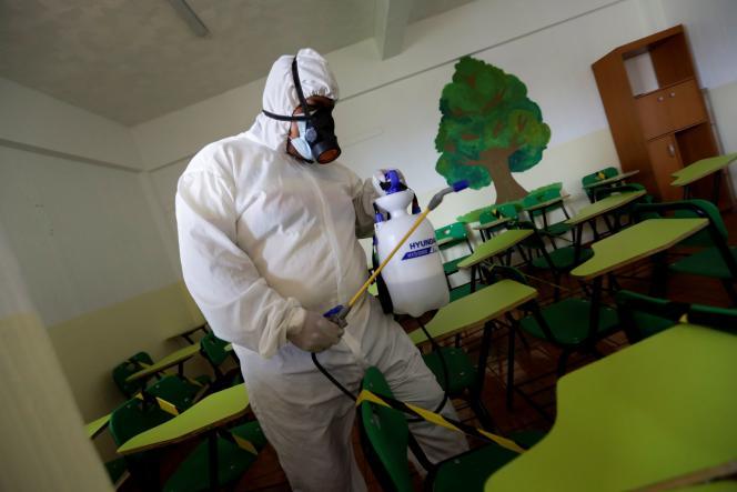 Desinfección de un aula en Ecatepec, México, 27 de agosto de 2021.