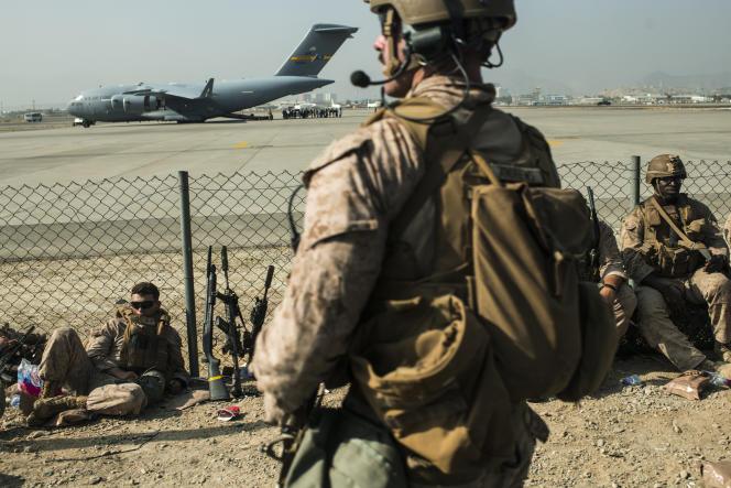 Amerikaanse mariniers wachten op 21 augustus 2021 aan de militaire kant van Hamid Karzai Airport in Kabul.