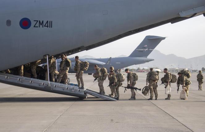 Evacuation de personnels britanniques à bord d'un A400M à l'aéroport de Kaboul, le 28 août 2021.