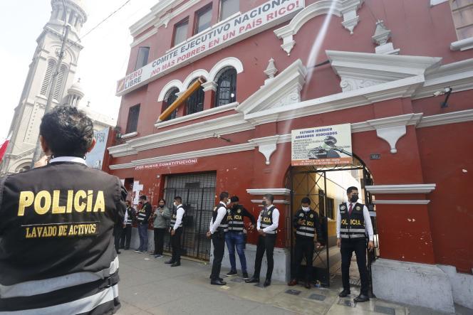 Polizei vor dem Hauptquartier der liberianischen Partei in Lima, Peru, Samstag, 28. Juli.