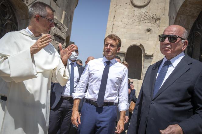 Le président français, Emmanuel Macron, lors d'une visite de l'église Notre-Dame-de-l'Heure en cours de réhabilitation à Mossoul, le 29 août 2021.