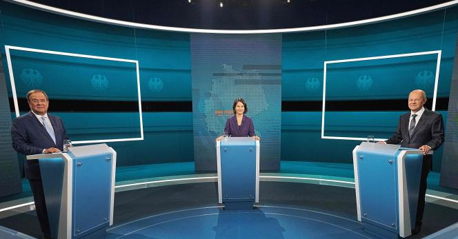 Les candidats à la chancellerie Armin Laschet (CDU-CSU), Annalena Baerbock (Verts) et Olaf Scholz (SPD), lors du débat organisé par la chaîne de télévision RTL, dimanche 29août2021, à Berlin.