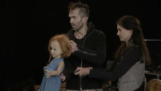 Les marionnettistes Romuald Collinet et Estelle Charlier animent leur création pour «Annette», de Leos Carax.