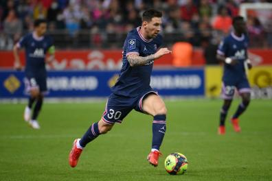 TOPSHOT - Paris Saint-Germain's Argentinian forward Lionel Messi runs with the ball during the French L1 football match between Stade de Reims and Paris Saint-Germain (PSG) at Stade Auguste Delaune in Reims, northern France on August 29, 2021. (Photo by FRANCK FIFE / AFP)