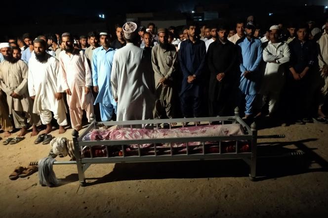 Des habitants effectuent une prière funéraire pour une victime d'un attentat suicide dans la ville portuaire de Gwadar, le 20 août 2021. Au moins deux enfants ont été tués et un citoyen chinois blessé dans cette attaque.