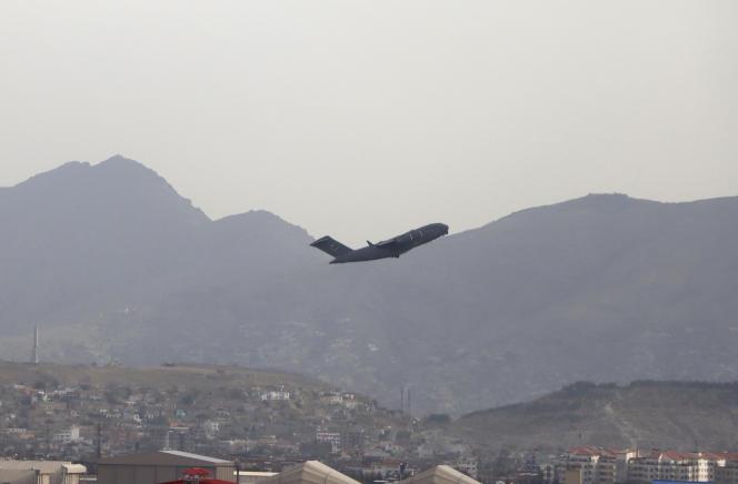 Un aereo militare statunitense lascia l'aeroporto Hamid Karzai di Kabul il 30 agosto 2021.