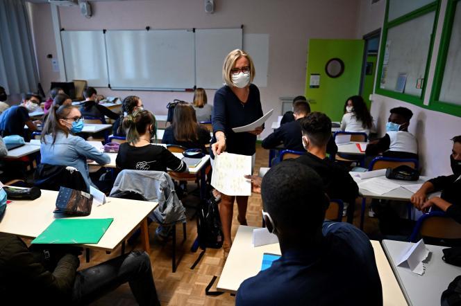 Une professeure distribue des documents à ses élèves dans le lycée Bréquigny, à Rennes, le 1er septembre 2020.
