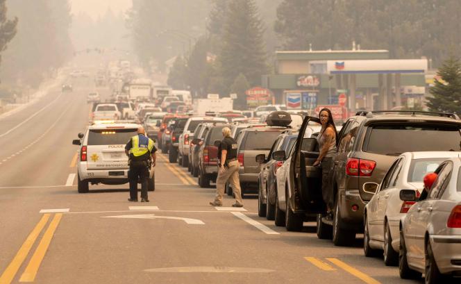 Les évacuations ont entraîné d'importants embouteillagesà South Lake Tahoe, en Californie, une cité touristique menacée par l'avancée du Caldor Fire, le 30août 2021.