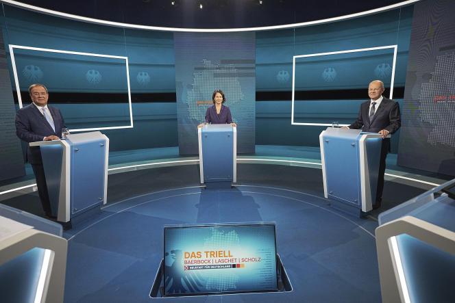 Les candidats à la chancellerie, Armin Laschet (CDU-CSU), Annalena Baerbock (Verts) et Olaf Scholz (SPD), avant le débat, dans le studio à Berlin, dimanche29août2021.