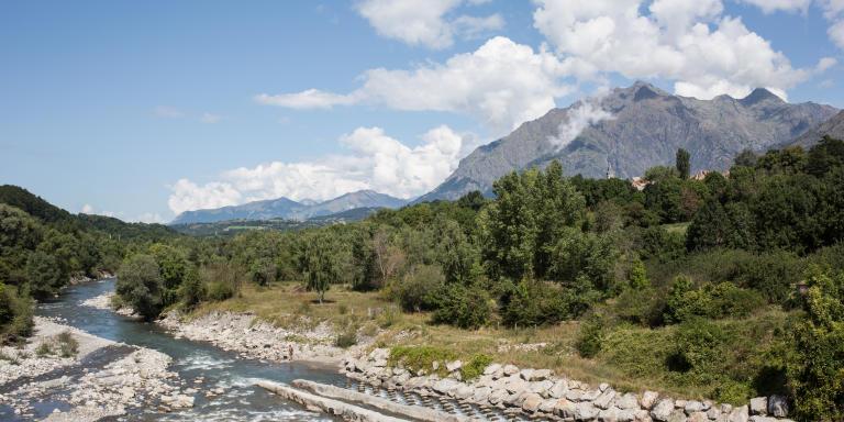 Travaux de restauration de la rivière du Drac: un passage pour les canoës et une passe poissons à Saint-Bonnet-en-Champsaur (Hautes-Alpes), au fond le massif des Écrins, le 25-08-21.