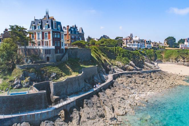 A Dinard, la villa Les Roches brunes domine la mer et la promenade de la Malouine.