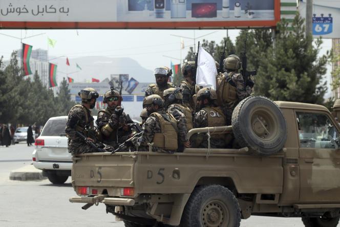 Des combattants talibans des forces spéciales entrent dans l'aéroport de Kaboul après que les derniers soldats américains ont quitté l'Afghanistan, le 31 août 2021.