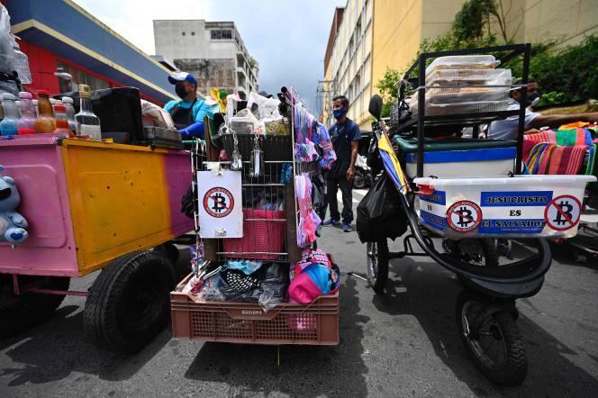 Anti-Bitcoin posters aangebracht op auto's van straatverkopers, woensdag 1 september in San Salvador.