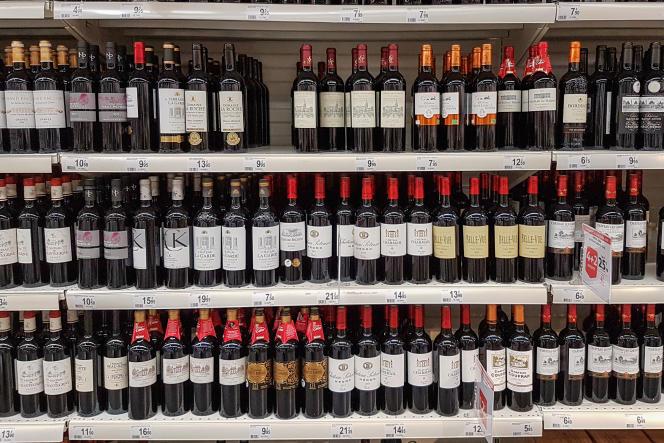 Rayon des vins rouges de Bordeaux pendant le salon des vins, dans un supermarché Auchan, à Val de Fontenay, le 11 octobre 2019.