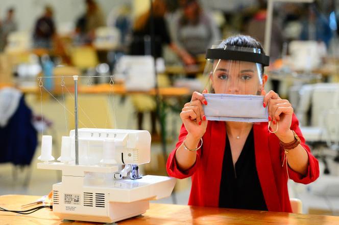 Un femme produit des masques à Teste-de-Buch (Gironde), le 15 avril 2020.