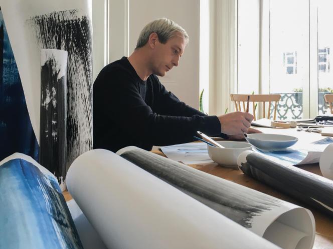 Sam Baron a designé le mobilier de la plage Bagatelle  à Saint-Tropez (ci-dessus), le papier peint Noir Collection  de Calico (en haut à droite) et réinterprété pour Dior Maison  la chaise médaillon (ci-contre).