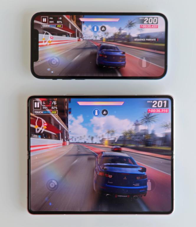 Un jeu sur le Fold, comparé à l'iPhone 12.