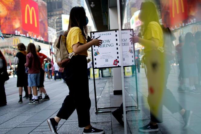 Une boutique proposant une offre d'emploi, à Times Square, à New York, le 6 août 2021.