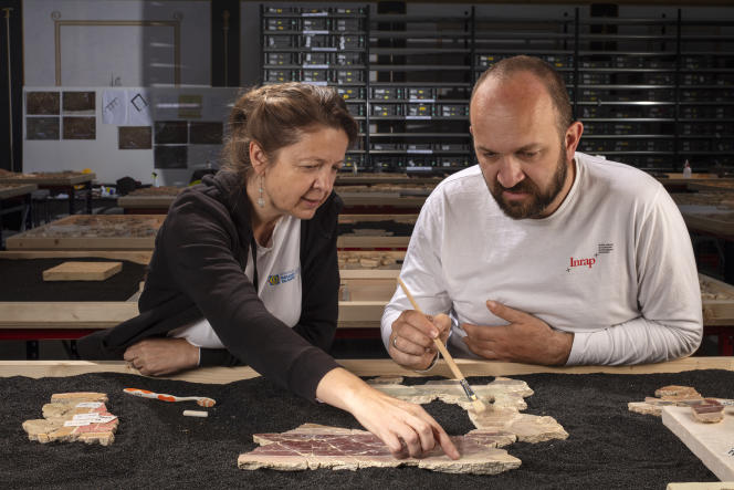 Julien Boislève, toichographologue à l'Inrap, et Marie-Pierre Rothe, archéologue pour le musée départemental de l'Arles antique, tentent de reconstituer les fresques de la «maison de la harpiste» à partir des fragments trouvés sur le site de la Verrerie.
