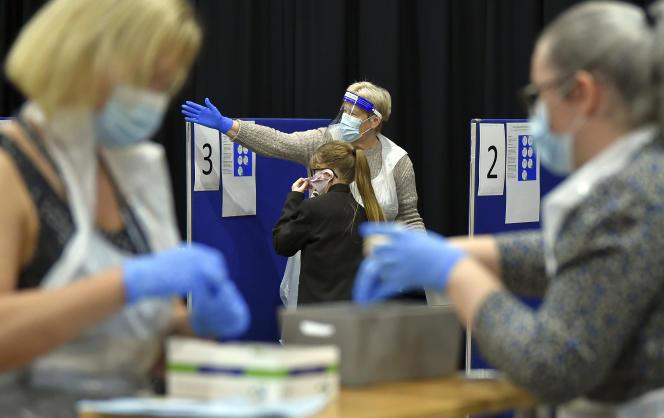 Des élèves sont testés lors de la rentrée, le 3septembre 2021, à Sheffield, en Angleterre.