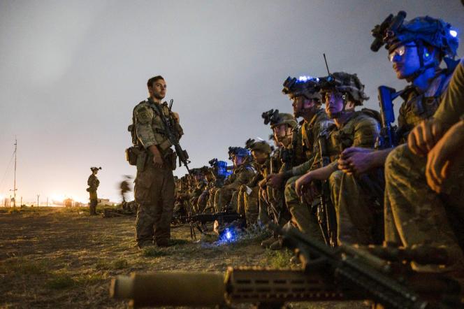 Los soldados de la 82 División Aerotransportada de los EE. UU. Se preparan para evacuar en el Aeropuerto Internacional de Kabul el 30 de agosto de 2021.