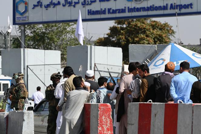 Les talibans surveillent l'aéroport de Kaboul, le 4 septembre.