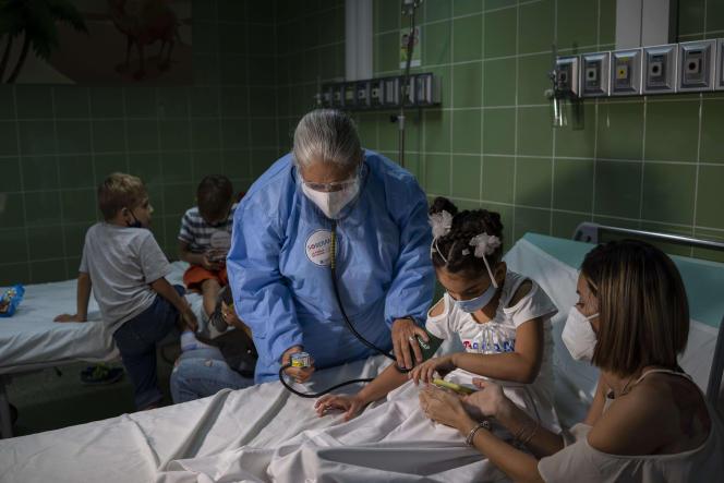 Seorang perawat mengukur tekanan darah seorang gadis yang menerima dosis vaksin Sopirana 2 di Havana pada 24 Agustus 2021.