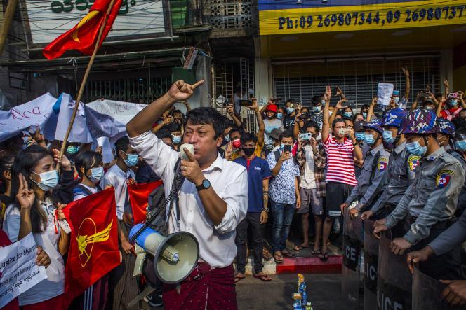 Des milliers de partisans de la Ligue nationale pour la démocratie manifestent à Rangoun en Birmanie, le 6 février 2021.