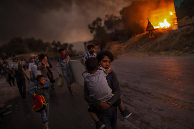 Έξοδος μεταναστών και προσφύγων που εγκαταλείπουν το φλεγόμενο στρατόπεδο Μόρια στο νησί της Λέσβου, Ελλάδα, 9 Σεπτεμβρίου 2020.