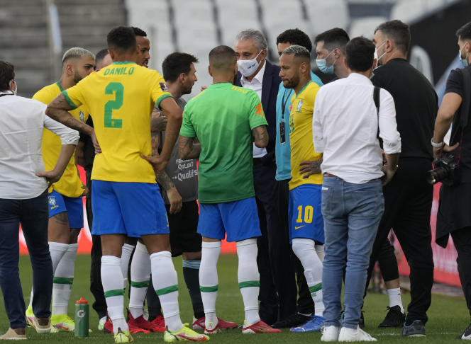 Pelatih Brasil Tite berbicara dengan Messi Argentina dan Neymar Brasil setelah pertandingan Brasil-Argentina di Sao Paulo, Brasil, pada 5 September 2021, terputus.