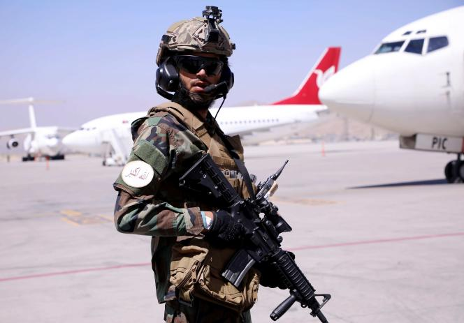O Talibã no aeroporto Hamid-Karzai em Cabul em 5 de setembro de 2021.