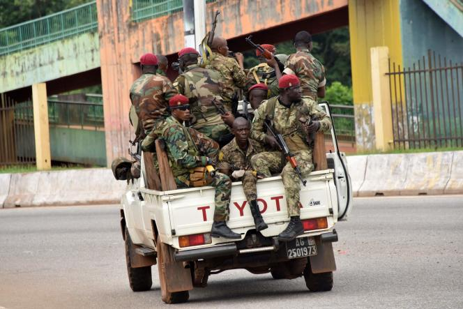 Członkowie sił zbrojnych Gwinei przechodzą przez dzielnicę Kaloum w centrum Konakry 5 września 2021 r., po usłyszeniu strzałów z broni palnej.