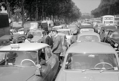 Paris (Ier arr.). Embouteillages sur le quai des Tuileries. Mai 1961.