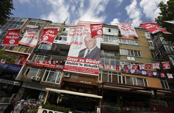Affiches de campagne du général Cetin Dogan, à Istanbul, en mai 2011. Plusieurs anciens militaires ont fait campagne contre le gouvernement d'Erdogan.