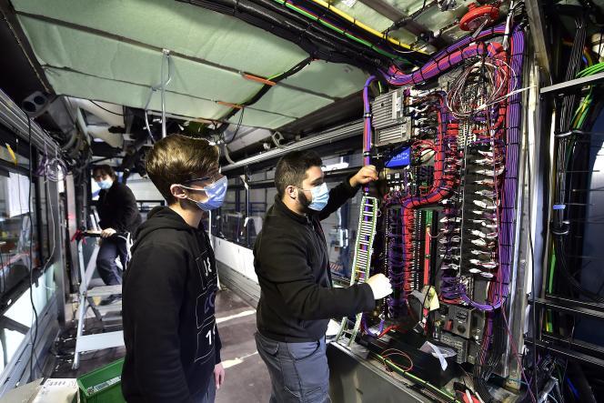 Des techniciens travaillant sur la construction d'un bus à hydrogène, à l'usine de la SAFRA à Albi (Tarn), le 4 mars 2021.