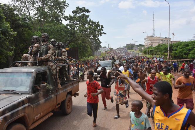 De menigte juicht de Guinese strijdkrachten toe na de arrestatie van president Alpha Condé in Conakry op 5 september 2021.