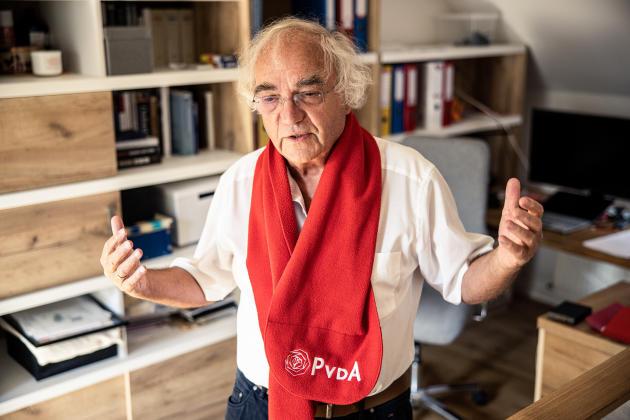 Thomas Walther portant le foulard «Pvda» (du parti travailliste des Pays-Bas), à Nagykovacsi (Hongrie), le 20 août 2021.
